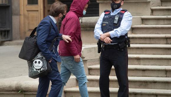 Uno de los acusados llega a la Audiencia de Barcelona por el juicio de la violación múltiple de una joven en una nave abandonada de Sabadell (Barcelona). (EFE/ Marta Pérez).