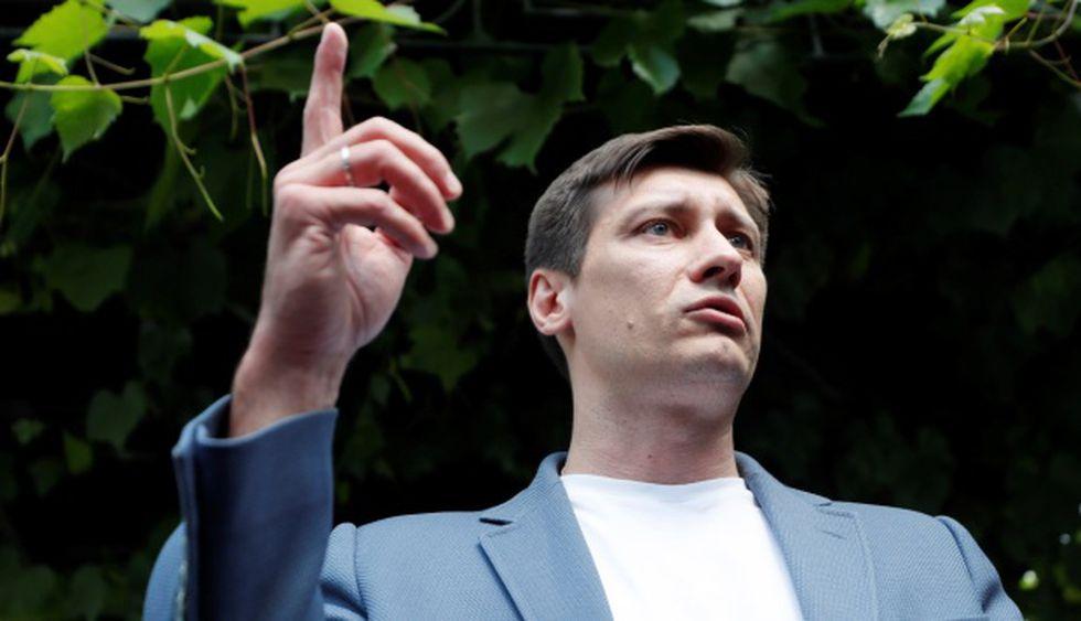 El activista opositor ruso y presidente del Partido de los Cambios, Dmitry Gudkov, habla con periodistas a su llegada al Comité de Investigación para ser interrogado sobre un caso penal. (Foto: EFE)