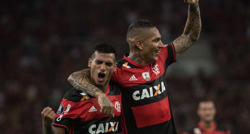 Miguel Trauco Y Paolo Guerrero se entendían muy bien en la cancha, pero la concentración no era igual. (Foto: AFP)