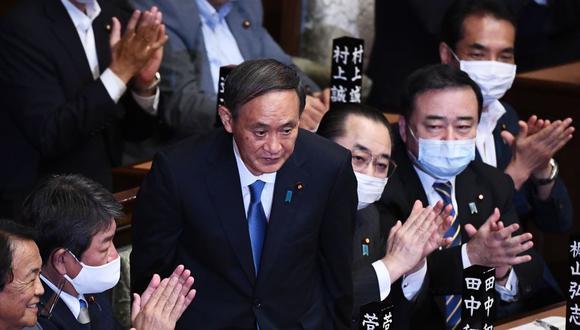 Yoshihide Suga (centro) fue designado nuevo primer ministro de Japón. (Foto: CHARLY TRIBALLEAU / AFP).