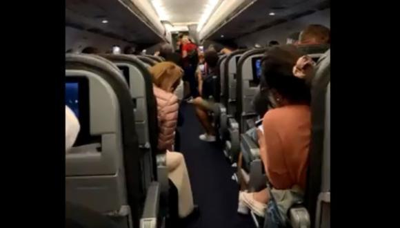 Pasajeros de avión cantan en coro tras remoción de dos personas que no querían usar cubrebocas. (Foto: @ONLYinDADE)