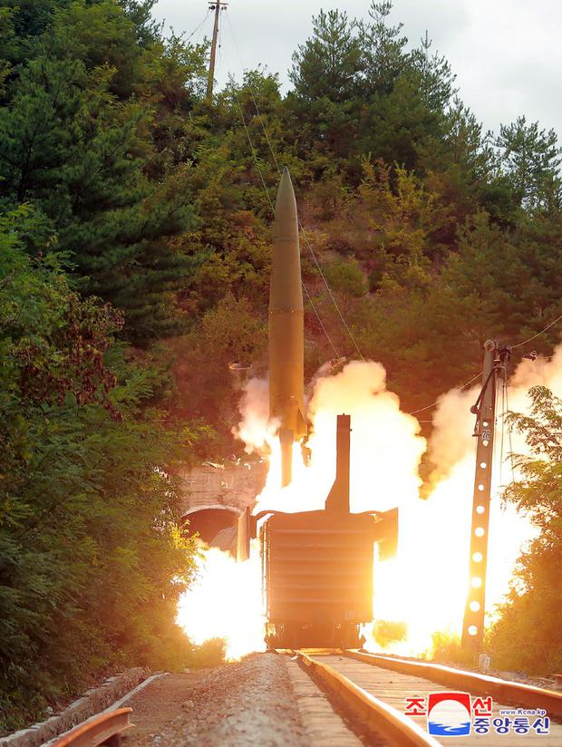 El lanzamiento de un misil balístico desde un tren. (AFP).