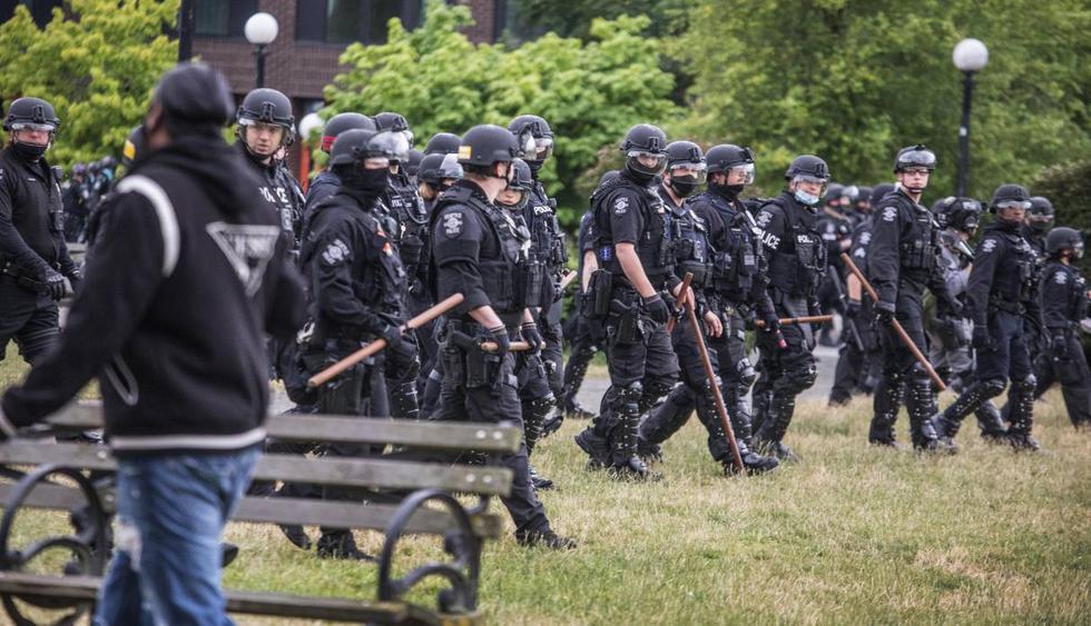 La policía de Seattle cruza el parque Cal Anderson mientras desalojan a los manifestantes. (Steve Ringman/The Seattle Times/AP).