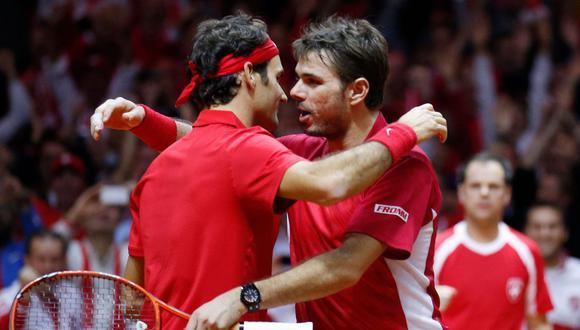 Roger Federer y Stan Wawrinka luego de un partido de la Copa Davis en el 2014. (Foto: REUTERS/Pascal Rossignol)