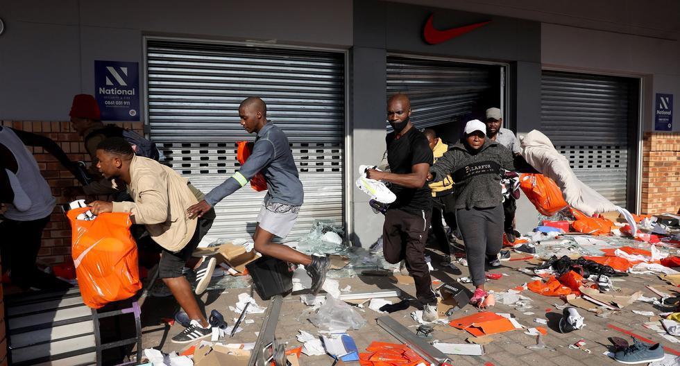 Saqueadores vacían un almacén de productos durante una protesta en, Durban, Sudáfrica, el último lunes. (Foto: EFE/EPA/STR)
