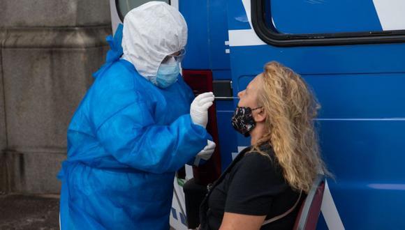Una persona se somete a una prueba de PCR para COVID-19 en una instalación de pruebas instalada frente al Congreso de Uruguay en Montevideo. (Foto: Pablo PORCIUNCULA / AFP)