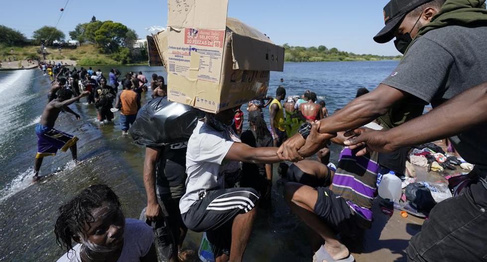 Migrantes haitianos cruzan hacia Estados Unidos desde México el viernes 17 de septiembre de 2021, en Del Rio, Texas. (Foto AP / Eric Gay).