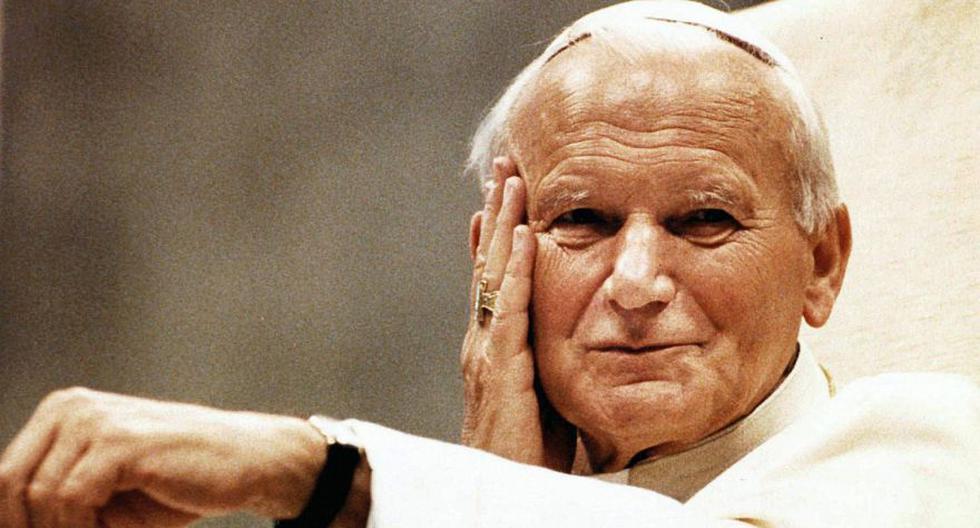 El papa Juan Pablo II sonríe desde su trono papal en esta foto del 16 de mayo de 1990. Uno de los sueños que el pontífice tenía y no pudo cumplir era visitar Irak. (Foto: AP / Giulio Broglio)