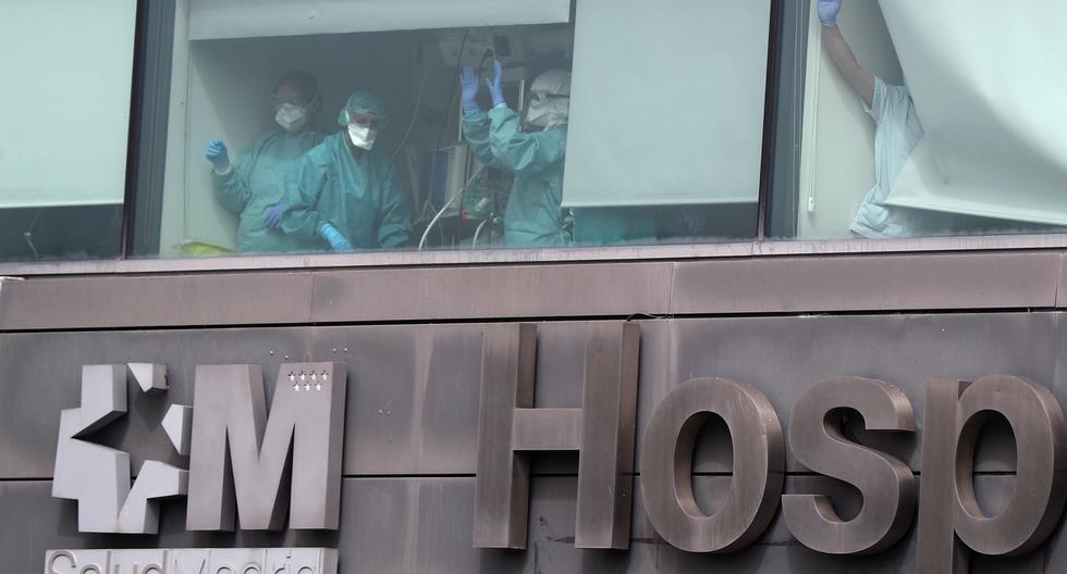 Personal médico trabaja en una UCI del Hospital de La Paz, en Madrid. España es uno de los países más golpeados por el coronavirus. (REUTERS / Sergio Perez).