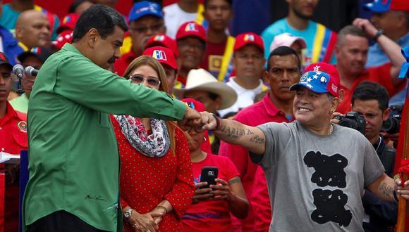 El presidente de Venezuela, Nicolás Maduro, saluda al exfutbolista argentino Diego Maradona (derecha) durante un evento en Caracas, el jueves 17 de mayo de 2018. (EFE/Cristian Hernández).