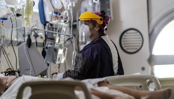 Personal médico realiza su trabajo en la Unidad de Cuidados Intensivos para pacientes con covid-19 hoy, en el Hospital Naval de Buenos Aires (Argentina). (Foto: EFE/Juan Ignacio Roncoroni).
