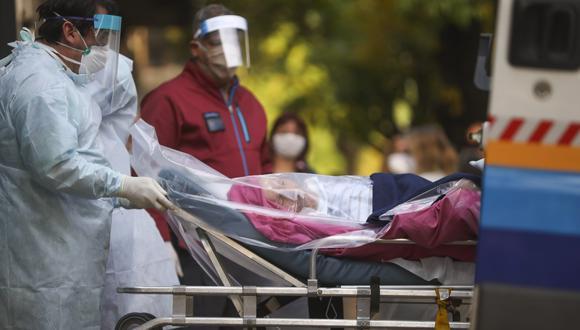 Argentina cuenta con 5.020 casos de coronavirus y 264 fallecidos. En la foto, personal médico evacuando a una persona de edad avanzada de un hogar de ancianos después de que varios residentes de la instalación dieron positivo por Covid-19, en Buenos Aires, el miércoles 22 de abril de 2020. (Foto AP / Natacha Pisarenko)