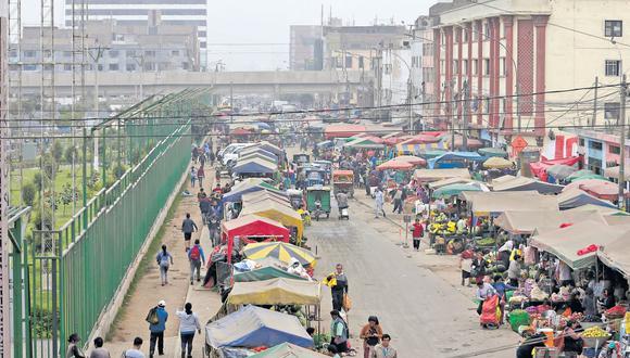Los alrededores del otrora mercado La Parada, donde ahora se encuentra el Parque del Migrante, están invadidos por ambulantes. Las calles son ocupadas desde las 3 a.m. En algunos tramos, hasta la tarde. (Anthony Niño de Guzmán / El Comercio)