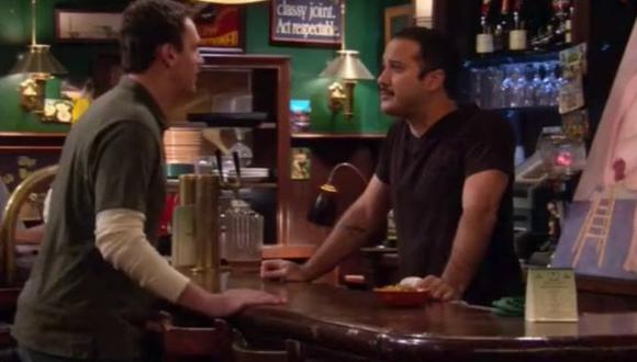 "Joe Nieves es el nombre del actor que dio vida a Carl, el barman de MacLaren's en ""How I Met Your Mother"" (Foto: CBS)"