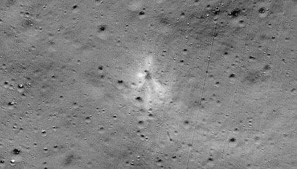 Imagen que muestra el lugar en el que se impactó la sonda india Vikram en septiembre del 2019. El punto de la colisión fue hallado con la colaboración de un aficionado de la India. (Foto: AFP/ NASA)