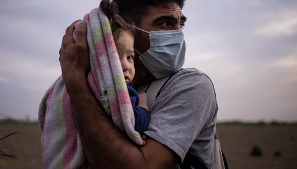 Francisco, de 34 años, es un hondureño que ha solicitado asilo en Estados Unidos quien intentó cruzar la frontera junto a su pequeña hija de 9 meses en una pequeña embarcación a través del Río Grande. REUTERS/Adrees Latif