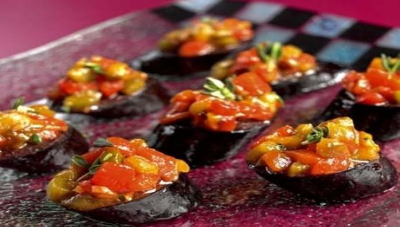 Ensalada de pimiento y ajo en tapa de morcilla