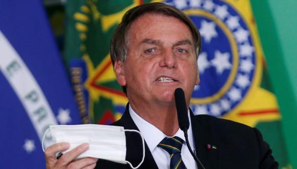 El presidente de Brasil, Jair Bolsonaro, sostiene su máscara protectora durante una ceremonia en el Palacio de Planalto, en medio de la pandemia de la enfermedad del coronavirus (COVID-19), en Brasilia, Brasil. (Foto: REUTERS / Adriano Machado9.