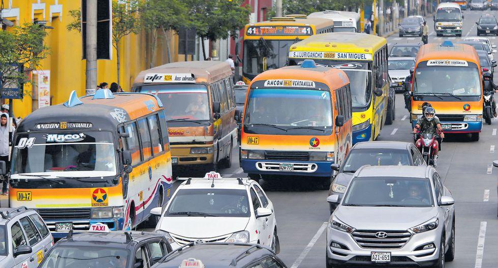 Más de 15 mil unidades de transporte público (entre buses, coasters y combis) continuarán recorriendo las calles de la capital y el Callao pese a que muchas tienen infracciones y se hallan en pésimo estado. (Alonso Chero / GEC)