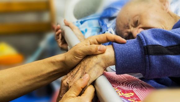 Los cuidados paliativos pueden brindarse al mismo tiempo que los tratamientos destinados para curar o tratar la enfermedad