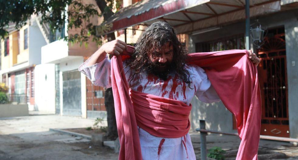 Realizó por Viernes Santo una breve actividad en la puerta de su vivienda, en el distrito de Comas. Foto: Lino Chipana/GEC)