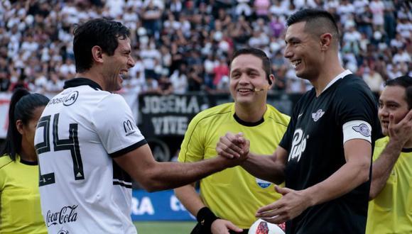 Roque Santa Cruz y Óscar Cardozo se saludan previo a un Olimpia vs. Libertad. (Foto: EFE)