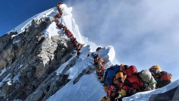 """Un experimentado montañista captó la instantánea que dio la vuelta al mundo y alertó sobre un problema en este emblemático sitio natural. (Foto: Nirmal Purja MBE: """"Project Possible - 14/7"""" en Facebook)"""