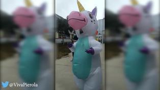 Mujer asiste a local de votación vestida de unicornio (VIDEO)
