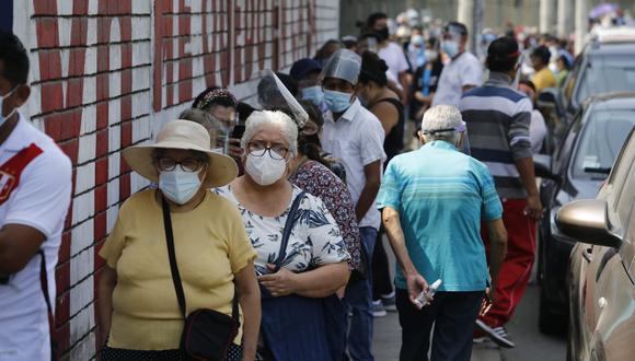 Largas colas y aglomeración en uno de los centros de vacunación en Lima. (Foto: Violeta Ayasta / @photo.gec)