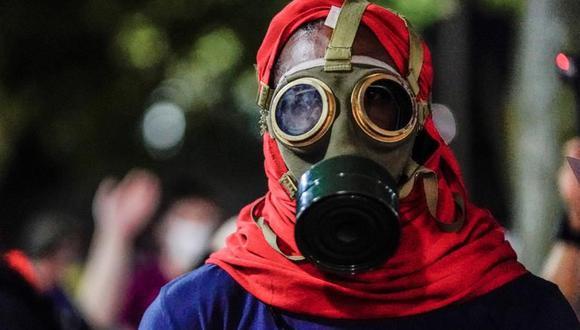 Un manifestante lleva una máscara de antigás durante la tercera noche de disturbios tras el tiroteo contra Jacob Blake por parte de agentes de policía en Kenosha, Wisconsin, Estados Unidos. (EFE / EPA / TANNEN MAURY).