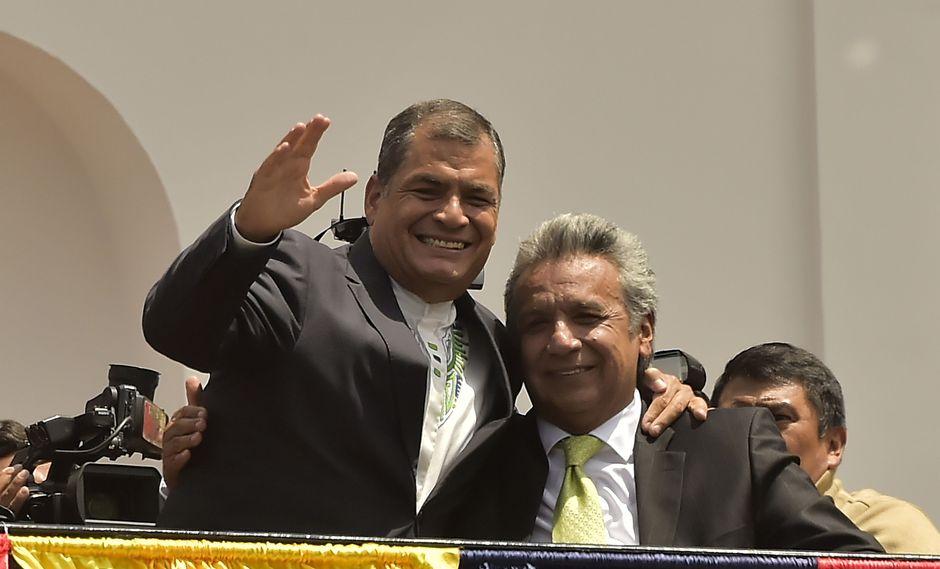 Cuando todo era felicidad, Rafael Correa y Lenín Moreno se abrazan tras la victoria electoral del 2017. Su vicepresidente se convirtió en su sucesor, y luego en su rival. (AFP)