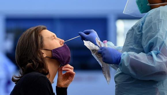 Una mujer se somete a la prueba de detección de COVID-19 en en Sídney. (EFE / EPA / JOEL CARRETT AUSTRALIA Y NUEVA ZELANDA).