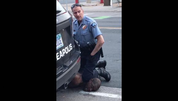 Esta imagen fija tomada de un video del 25 de mayo de 2020, cortesía de Darnella Frazier a través de Facebook, muestra a Minneapolis, Minnesota, al oficial de policía Derek Chauvin arrestando a George Floyd. (Foto: Darnella Frazier / Facebook / Darnella Frazier / AFP).