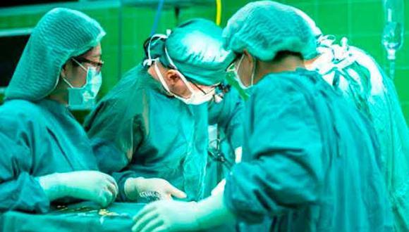 El equipo anunció que realizaron con éxito la primera cirugía del mundo de su tipo este mes (Foto: EFE/referencial)