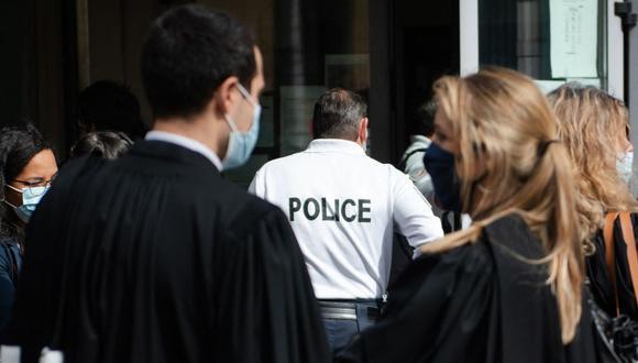 Imagen referencial. Un oficial de policía francés es visto en una Sala de un tribunal penal, el pasado 12 de marzo de 2021. (CLEMENT MAHOUDEAU / AFP).