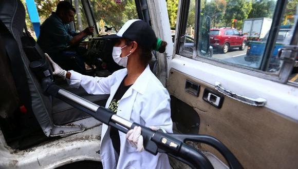 Esta mañana, El Comercio, la Municipalidad de Miraflores y la empresa Green Family realizaron la limpieza de una coaster para demostrar la acumulación de microbios en la superficie. (Hugo Curotto / GEC)