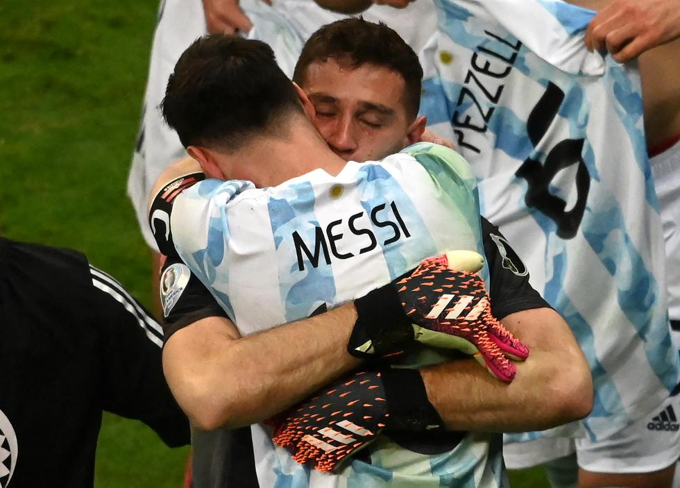 Argentina's goalkeeper Emiliano Martinez and Argentina's Lionel Messi celebrate at the end of the Conmebol 2021 Copa America football tournament semi-final match against Colombia at the Mane Garrincha Stadium in Brasilia, Brazil, on July 6, 2021. (Photo by EVARISTO SA / AFP)