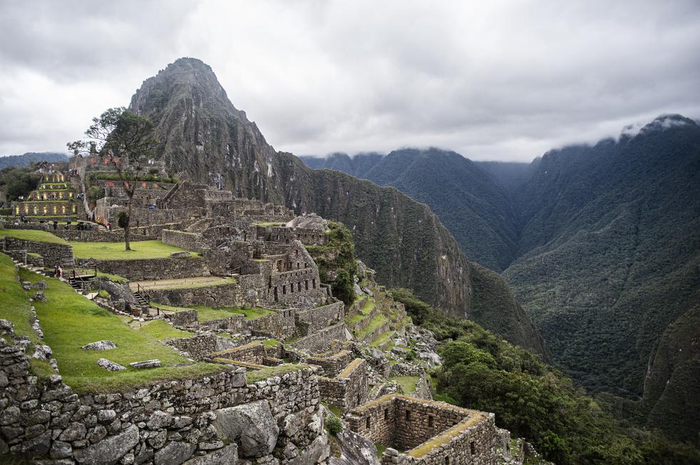 Machu Picchu es una ciudad inca rodeada de templos, andenes, canales de agua y más infraestructuras históricas, por la cual fue denominada como Patrimonio de la Humanidad por la Unesco el 9 de diciembre de 1983. Además, es considerada dentro de las 7 maravillas del mundo moderno. (Foto; ERNESTO BENAVIDES para AFP)