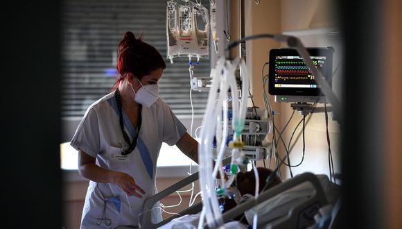 Un paciente de COVID-19 es atendido en un hospital de París. (Foto: Anne-Christine POUJOULAT / AFP)