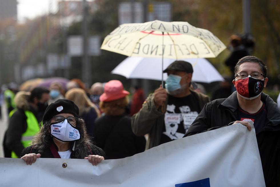 """Manifestantes convocados por varias asociaciones de personal sanitario, protestan contra la gestión """"caótica e imprudente"""" de la crisis del coronavirus por parte de la Comunidad de Madrid. (Foto: PIERRE-PHILIPPE MARCOU / AFP)"""