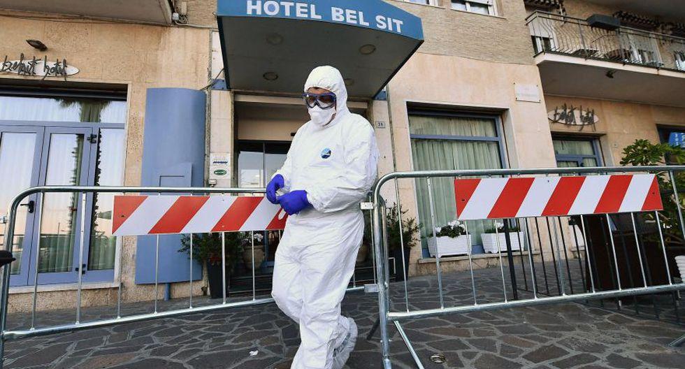 Un trabajador de la salud frente al Hotel Bel Sit de Alassio, donde 34 huéspedes de Asti están en cuarentena en un hotel donde una persona que dio positivo en Covid-19 se quedó, Alassio. (Foto: EFE).