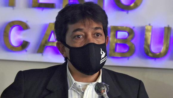 El ministro de Hidrocarburos de Bolivia, Víctor Hugo Zamora, con una mascarilla contra la propagación del nuevo coronavirus, habla durante una conferencia de prensa en La Paz. Imagen del 13 de julio de 2020. (AFP / Aizar RALDES).