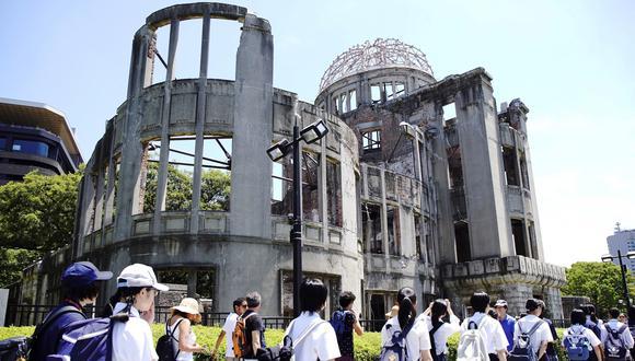 Un grupo de estudiantes pasa por el Peace Memorial Park en Hiroshima al conmemorarse el 74 aniversario del bombardeo atómico sobre esa ciudad de Japón. (AFP).
