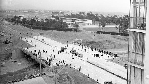 El gigantesco puente Javier Prado costó unos 5 millones de soles y fue inaugurado junto a otros 4 puentes que formaban parte de las obras del 'zanjón'. Postal de noviembre de 1966. Foto: Oscar Medrano/ GEC Archivo Histórico