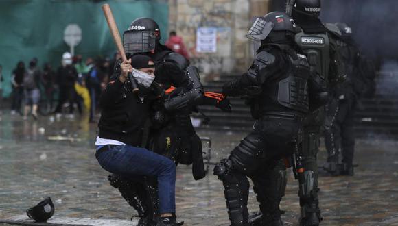 Un manifestante se enfrenta a la policía durante una protesta contra el gobierno en Bogotá, Colombia, el miércoles 5 de mayo de 2021. (AP Foto/Fernando Vergara).