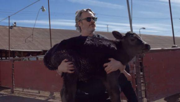 Joaquin Phoenix sosteniendo a Indigo. (Foto: Captura de pantalla/ YouTube)