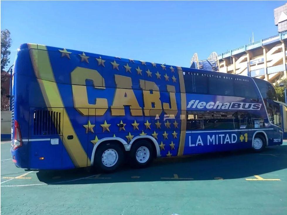 """River vs. Boca: El cuadro xeneize blindó su bus para llegar al Monumental. """"Los jugadores le pegaron con una masa y no se rompe"""", señaló el chofer."""