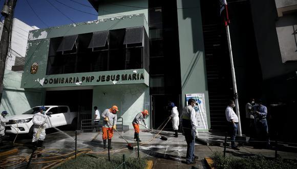 Este martes se realizaron los trabajos de limpieza y desinfección en el interior y exterior de la comisaría de Jesús María. (Foto: Miguel Yovera)
