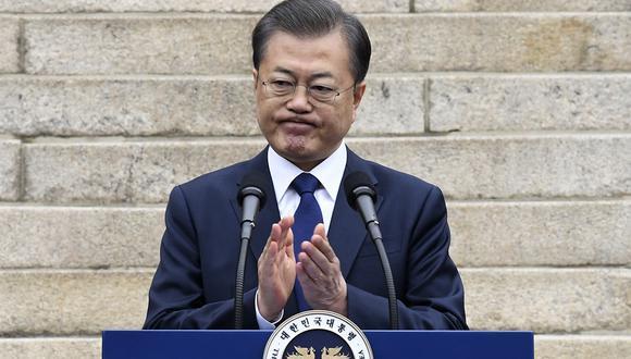 El presidente de Corea del Sur, Moon Jae-in, aplaude mientras pronuncia un discurso durante una ceremonia para conmemorar el 101 aniversario del Día del Movimiento de Independencia del 1 de marzo en Seúl. También anunció una movilización total por el coronavirus. (Foto: AFP)