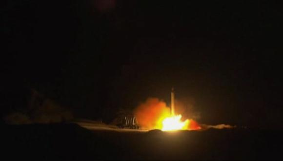 Los ataques habitualmente no son reivindicados, pero Estados Unidos ha responsabilizado por ellos a grupos respaldados por Irán en Hashed al-Shaabi, una red militar incorporada oficialmente a las fuerzas de seguridad del estado de Irak. En imagen, el 8 de enero unos cohetes fueron lanzados desde la república islámica contra la base militar estadounidense en Ein-al Asad.  (Foto: AFP).